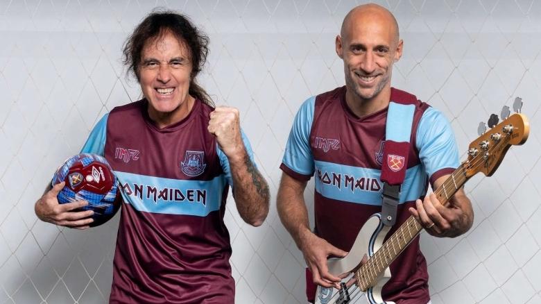 Iron Maiden-Bassist Steve Harris (l.) posiert mit dem argentinischen Fußballer Pablo Zabaleta in den Aktions-Trikots