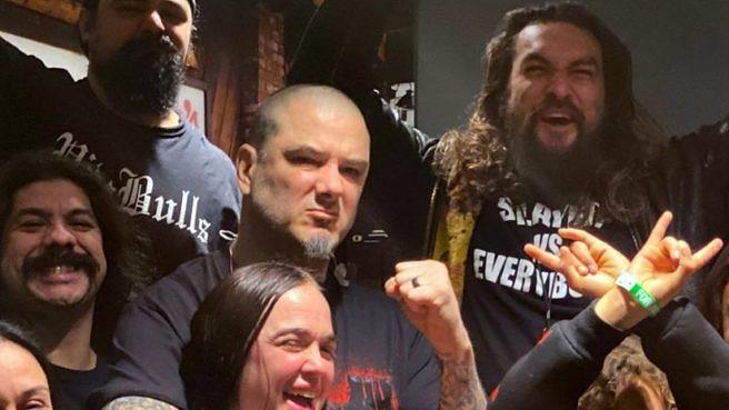 Filmstar Jason Mamoa (r.) und ex-Pantera-Sänger Phil Anselmo (M.) beim Gruppenfoto vor Slayers finaler Show