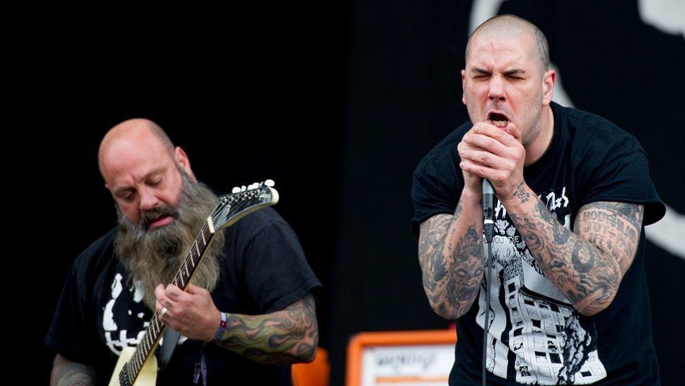 Kirk Windstein (l.) und Phil Anselmo von Down beim Auftritt auf dem Download Festival in Donnington Park am 14. Juni 2013