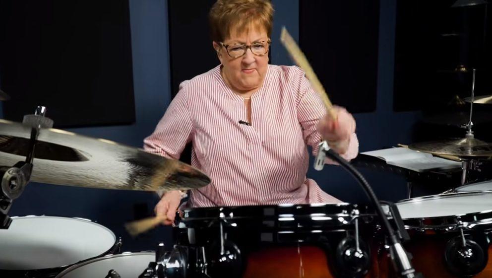 Drum-Oma Dorethea Taylor bei ihrem Disturbed-Cover