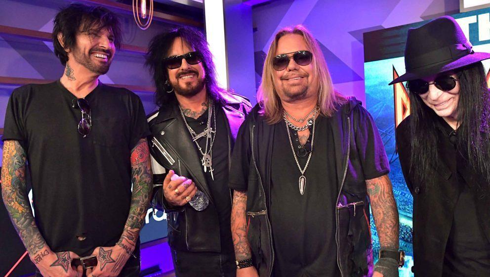 Tommy Lee, Nikki Sixx, Vince Neil und Mick Mars (v.l.) von Mötley Crüe bei der Pressekonferenz zu ihrer Reunion-Tour mit Def Leppard, Poison und Joan Jett