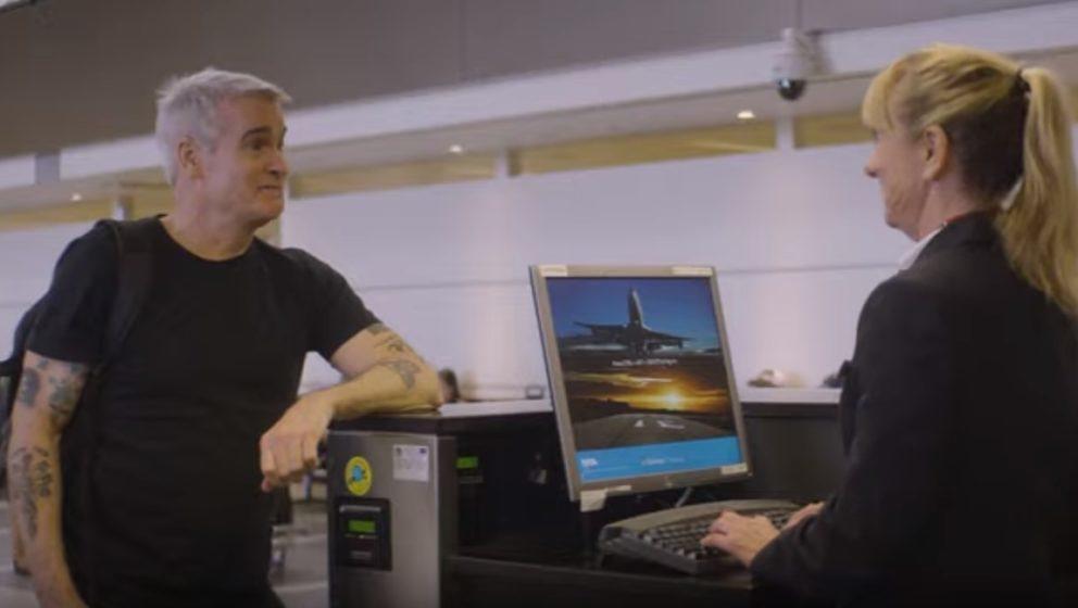 Henry Rollins bei der Gepäckabgabe im Flughafen von Los Angeles