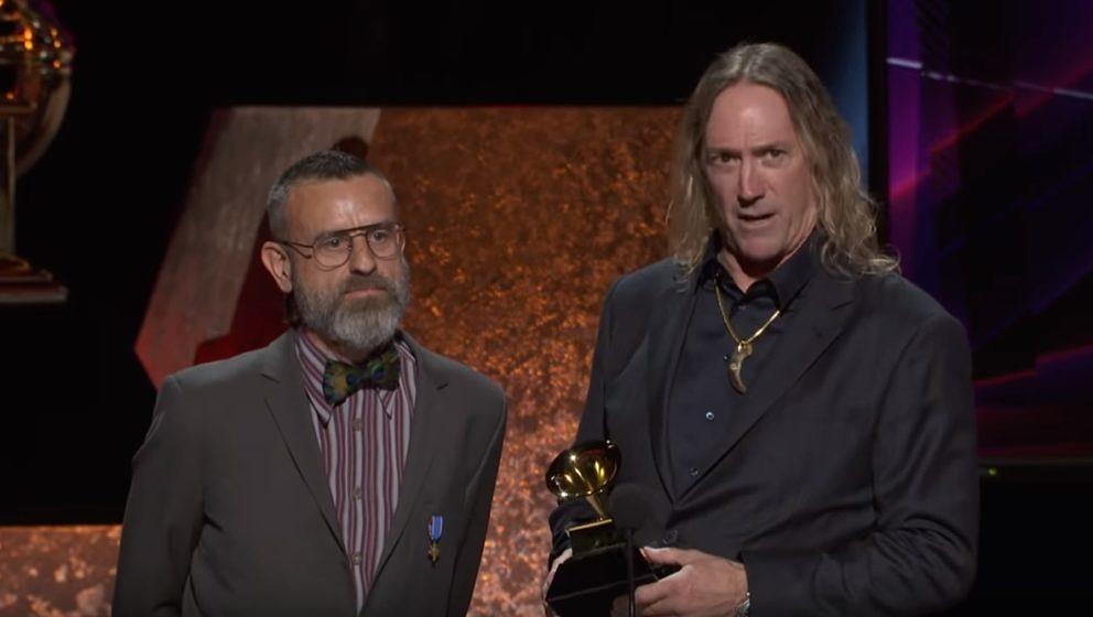 Justin Chancellor (l.) und Danny Carey von Tool bei ihrer Dankesrede zum Grammy-Gewinn