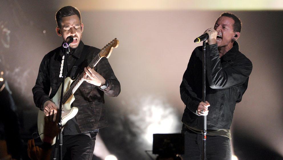 Mike Shinoda (l.) und Chester Bennington von Linkin Park bei einem Konzert im Dezember 2012