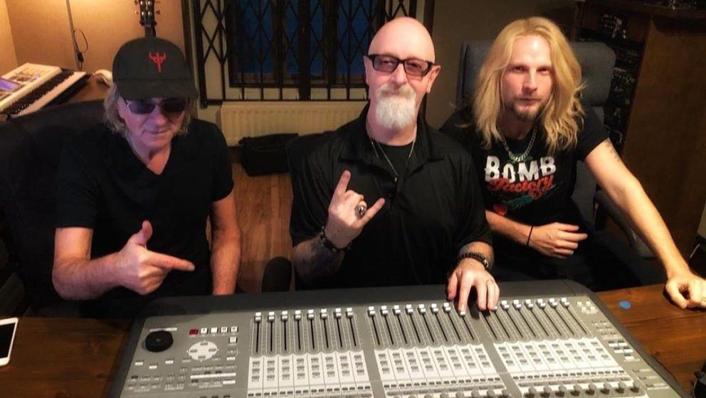 Glenn Tipton, Rob Halford und Richie Faulkner (v.l.) von Judas Priest grüßen aus dem Aufnahmestudio