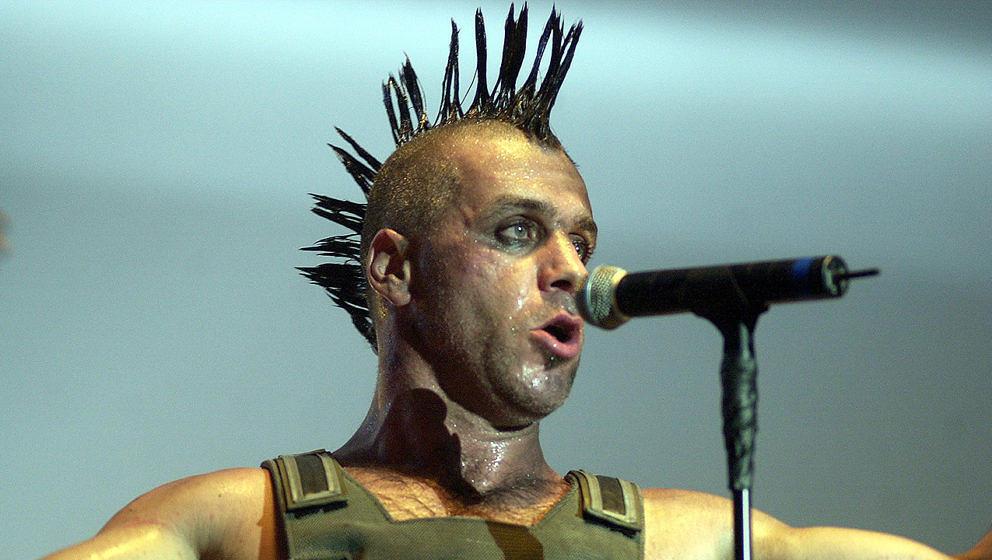 Rammstein im Jahr 2001 – 3 Jahre zuvor veröffentllichte die Band ihre Cover-Version von 'Stripped'