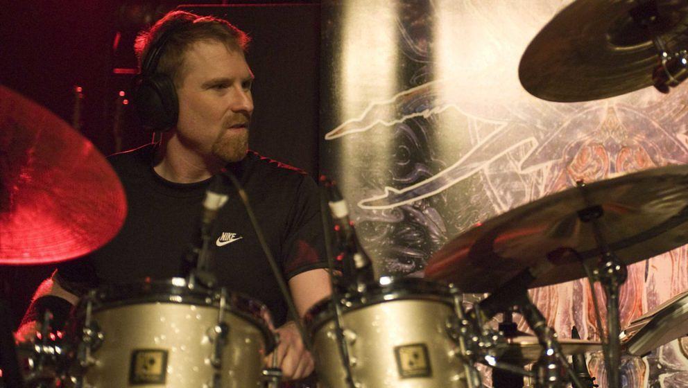 Der verstorbene Cynic-Schlagzeuger Sean Reinert hier während eines Konzerts in Birmingham