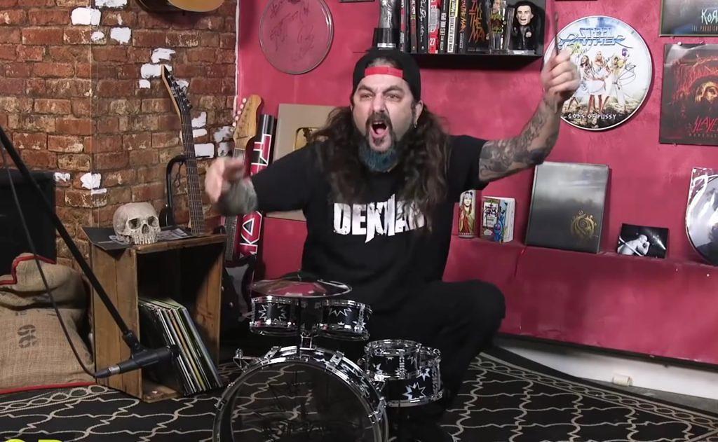 Mike Portnoy spielt Rush-Songs auf einem Kinder-Schlagzeug