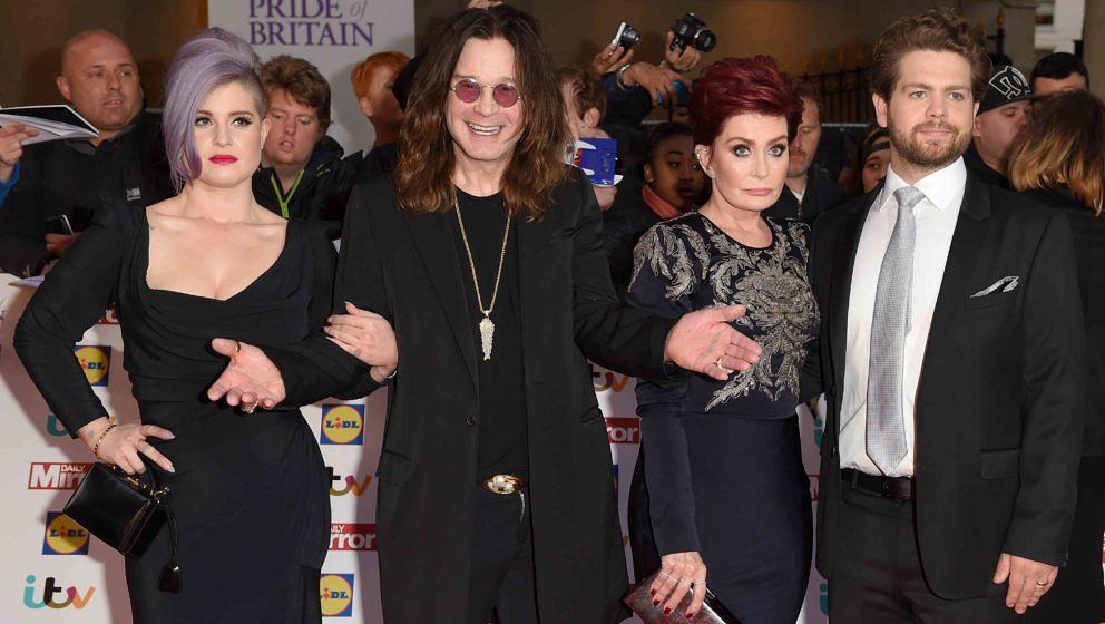 Ozzy Osbourne (2.v.r.) im Kreise seiner Lieben: Kelly (l.), Sharon und Jack - bei einer Preisverleihung