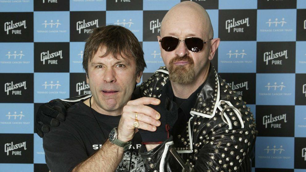 Bruce Dickinson von Iron Maiden (l.) und Rob Halford von Judas Priest bei der Wohltätigkeitsveranstaltung Teenage Cancer Trust am 31. März 2006 in London