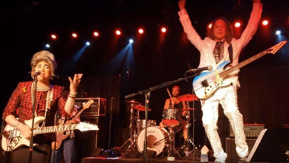 Metallica-Gitarrist Kirk Hammett während des Wah-Wah-Show-Kampfes mit Mrs. Smith