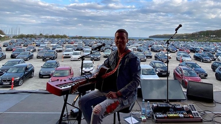 Mads Langer während seines Drive-In-Konzerts