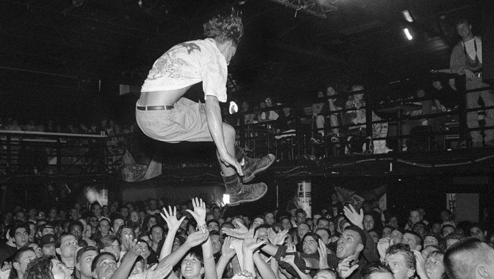 Ein Crowd-Surfer in den 90ern.