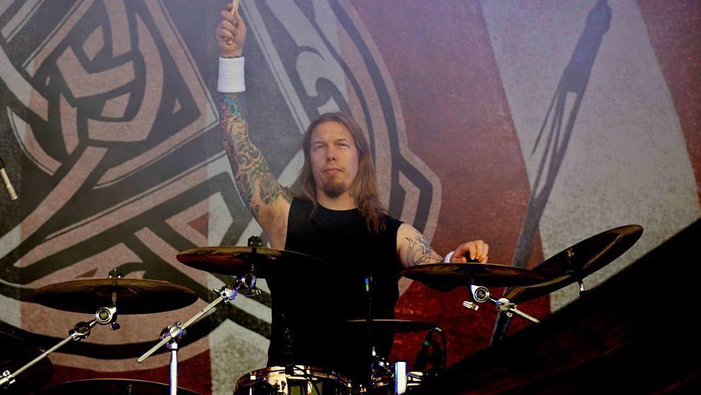 Fredrik Andersson während der Amon Amarth-Show auf dem Download Festival 2013