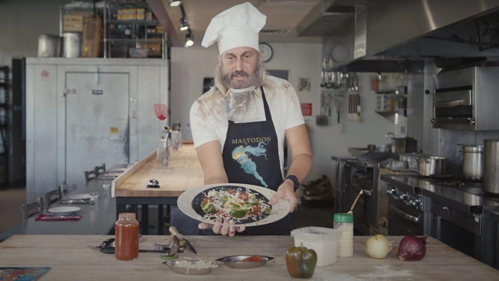 Mastodon-Bassist Troy Sanders reicht leckere Vinyl-Pizza an