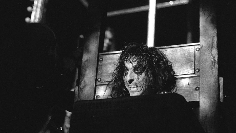 Ein denkwürdiger Moment der Rockgeschichte: Alice Cooper unter der Guillotine.