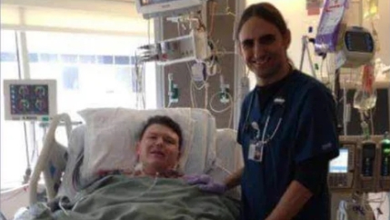 Hammerlord-Bassist Terry Taylor (r.) neben seinem einstigen Patienten Mason am Krankenhausbett