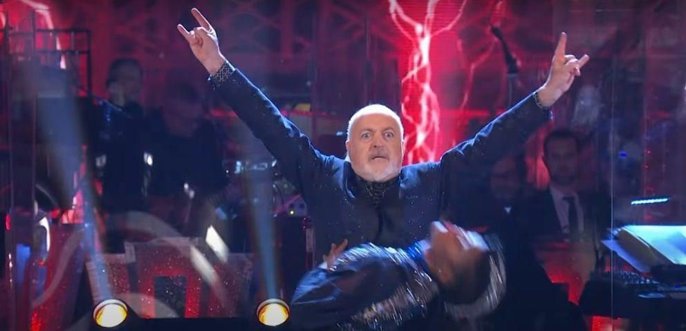 Bill Bailey performt 'Enter Sandman'