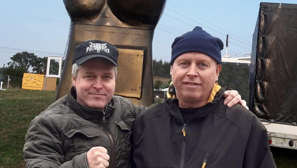 Marc, genannt 'Warze' (r.) und sein Bruder Lars auf dem Wacken Open Air vor ihrem 'Metalhand' Stand