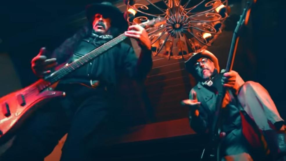 Robert Trujillo (Metallica) und Les Claypool (Primus) im Western-Bass-Duell