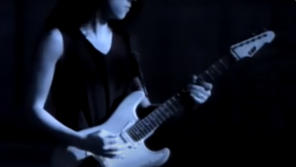 Kirk Hammett mit der ESP-Gitarre im Video zum Metallica-Track 'One'