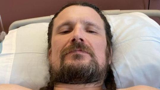 Jeff Becerra von Possessed im im Krankenbett