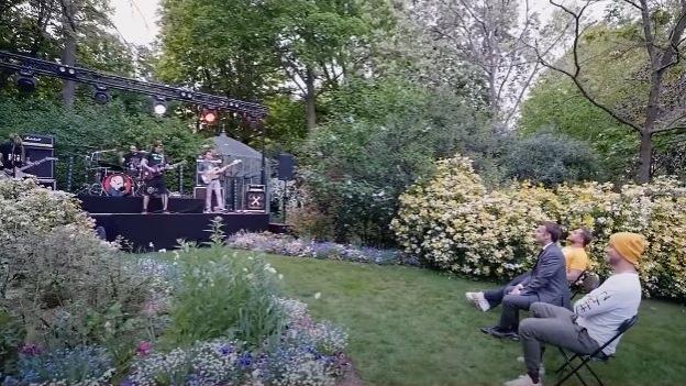 Der französische Präsident Emmanuel Macron mit dem Comedy-Duo McFly et Carlito beim Ultra Vomit-Gig im Garten des Élysée-Palasts