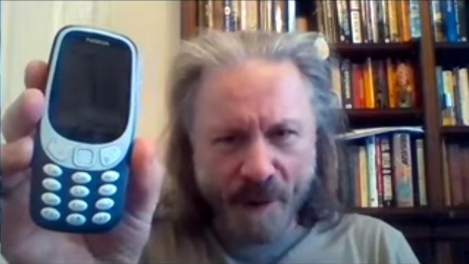 Iron Maiden-Sänger Bruce Dickinson präsentiert sein 'neues' 'Smartphone'