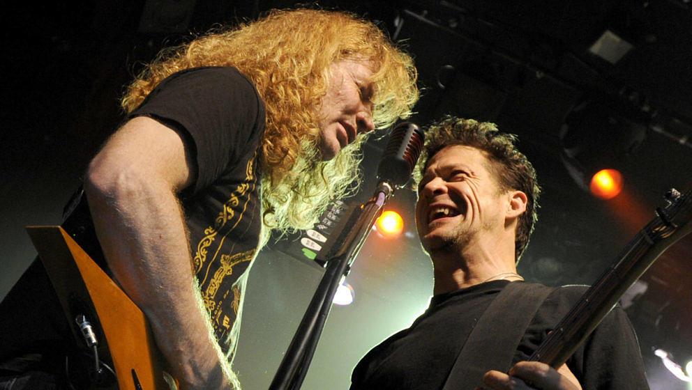 Dave Mustaine (l.) und Jason Newsted bei einem Metallica-Konzert zum 30 Bandjubiläum am 10.12.2011