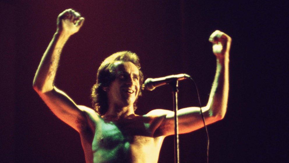 Bon Scott mit AC/DC beim Konzert in Hollywood im Februar 1977