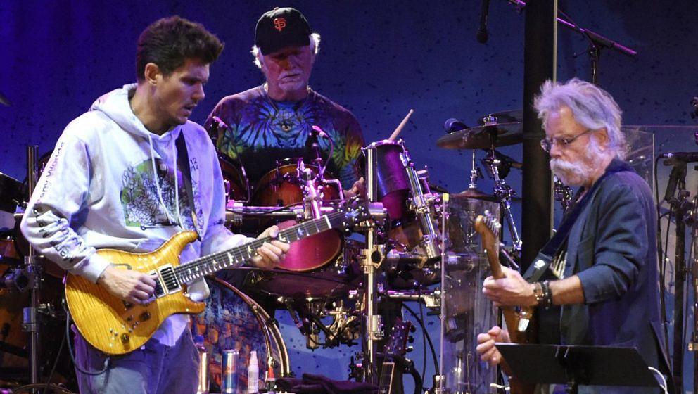 John Mayer, Bill Kreutzmann und Bob Weir mit Dead & Company bei einem Auftritt 2017 in San Francisco